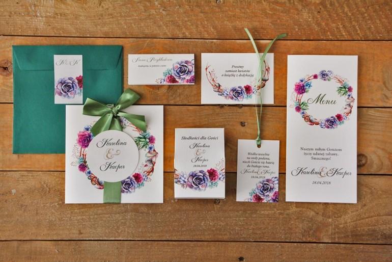 Zestaw próbny zaproszeń ślubnych wraz z dodatkami i upominkami dla gości weselnych. Sukulent w barwach fioletu