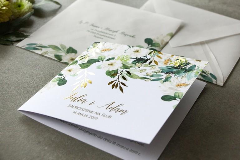 Biało-zielone zaproszenia ślubne ze złoconymi gałązkami w stylu glamour, motyw delikatnych, białych kwiatów i zieleni