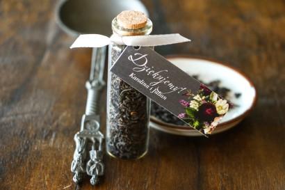 Podziękowania dla Gości w postaci buteleczek z herbatą. Przywieszka z kwiatowym bukietem w stylu vintage