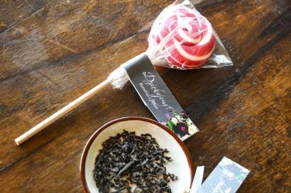 Lizaki - słodkie podziękowania dla gości weselnych. Brązowa przywieszka z botanicznym bukietem w stylu vintage