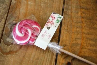 Lizaki - słodkie podziękowania dla gości weselnych. Przywieszka z białymi i różowymi piwoniami oraz gałązkami eukaliptusa