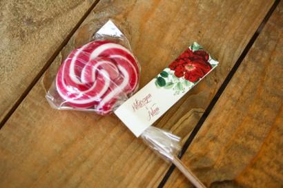 Lizaki - słodkie podziękowania dla gości weselnych. Przywieszka z czerwoną chińską różą oraz zielonymi gałązkami