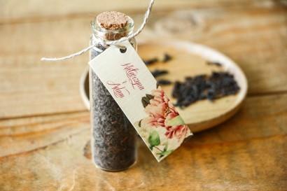 Podziękowania dla Gości w postaci buteleczek z herbatą. Buteleczka z herbatą liściastą, przywieszka z różą i piwonią