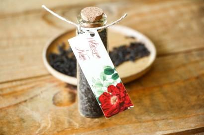 Podziękowania dla Gości w postaci buteleczek z herbatą. Przywieszka z czerwoną chińską różą