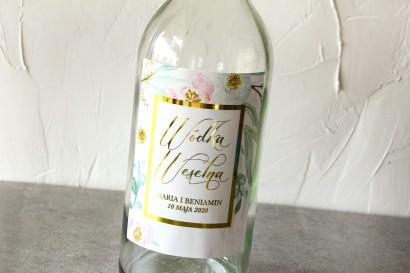 Etykiety samoprzylepne na butelki weselne ze złoconą ramką. Subtelny wzór z różowymi i białymi piwoniami
