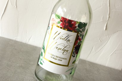 Etykiety samoprzylepne na butelki weselne ze złoconą ramką oraz z burgundowymi i bordowymi piwoniami