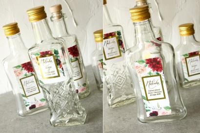 Butelki na nalewki wraz z etykietą w stylu glamour ze złoconą ramką i tekstem oraz z burgundowymi i bordowymi piwoniami