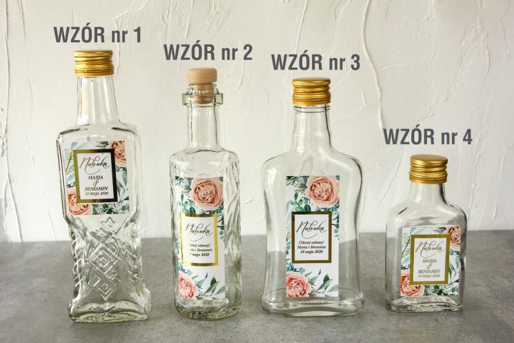 Butelki na nalewki wraz z etykietą w stylu glamour ze złoconą ramką i tekstem z delikatnymi brzoskwiniowymi piwoniami