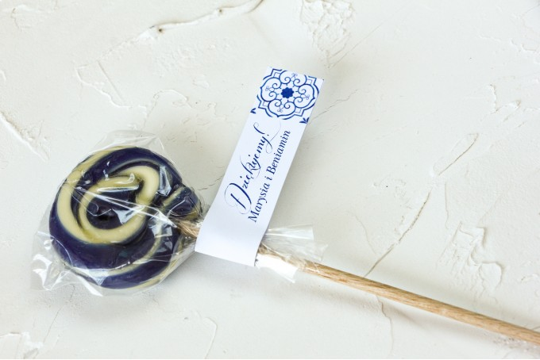 Lizaki - słodkie podziękowania dla gości weselnych. Przywieszka z motywem hiszpańskiej grafiki w kolorze niebieskim