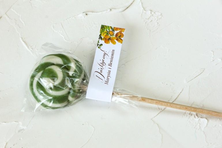 Lizaki - słodkie podziękowania dla gości weselnych. Przywieszka z motywem żółtych kwiatów, przełamanych szarością