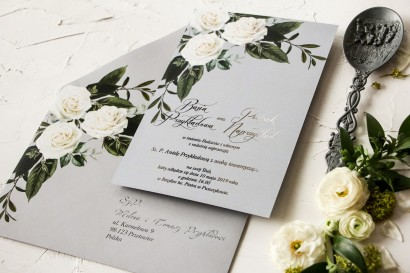 Zaproszenia ślubne z białymi różami w stylu glamour ze srebrnym tekstem z dominującą barwą delikatnej szarości