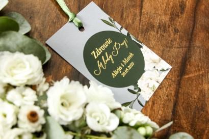 Szare Zawieszki na butelki weselne w stylu glamour z białymi piwoniami i zielonymi gałązkami