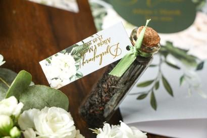 Podziękowania dla Gości w postaci buteleczek z herbatą. Przywieszka w stylu glamour z białymi piwoniami i zielonymi gałązkami