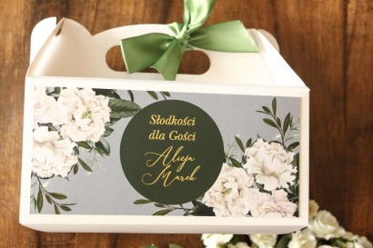 Prostokątne Pudełko na ciasto weselne ze złoceniem w stylu glamour z białymi piwoniami i zielonymi gałązkami
