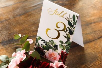 Numery stolików weselnych ze złoceniem w stylu glamour z burgundowymi i bordowymi piwoniami