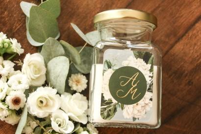 Świeczki - podziękowania dla gości weselnych w stylu Glamour. Złocona, szara etykieta z białymi piwoniami i zielonymi gałązkami