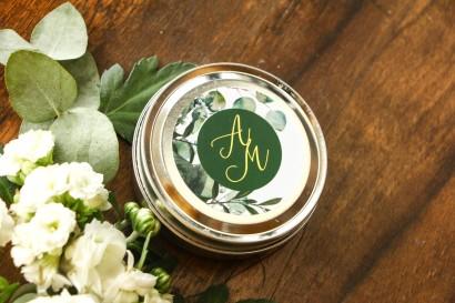 Okrągłe Świeczki - podziękowania dla gości weselnych w stylu Glamour. Złocona etykieta z eukaliptusem i gipsówką