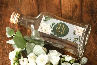 Butelki na nalewki wraz z etykietą w stylu glamour ze złoceniem z białymi piwoniami