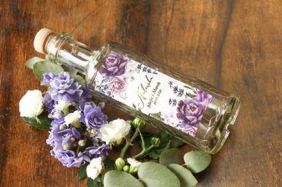 Butelki na nalewki wraz z etykietą w stylu glamour ze złoceniem. Na etykietach wykorzystany został motyw lawendy