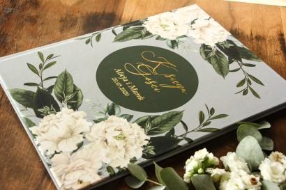 Weselna, ślubna Księga Gości ze złotymi napisami. Grafika w stylu glamour z białymi piwoniami i zielonymi gałązkami