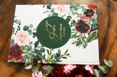 Weselna, ślubna Księga Gości ze złotymi napisami. Grafika w stylu glamour z burgundowymi i bordowymi piwoniami