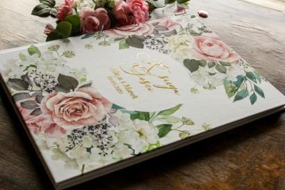 Weselna, ślubna Księga Gości ze złotymi napisami. Grafika w stylu glamour z dodatkiem pudrowych róż oraz białej hortensji