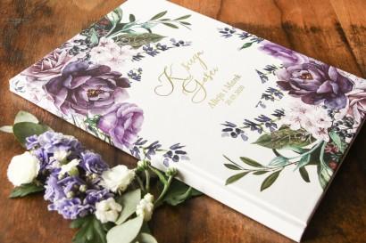 Weselna, ślubna Księga Gości ze złotymi napisami. Grafika w stylu glamour. Na księdze wykorzystany został motyw lawendy