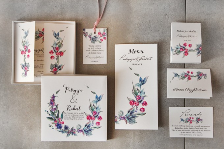 Zestaw próbny zaproszeń ślubnych z leśnym wzorem oraz czerwonymi owocami jarzębiny