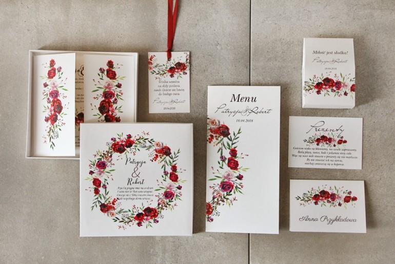 Zestaw zaproszeń ślubnych w pudełku z bordowymi różami oraz polną trawą