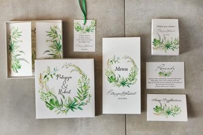 Zestaw próbny zaproszeń ślubnych w pudełku z zielonym wiankiem