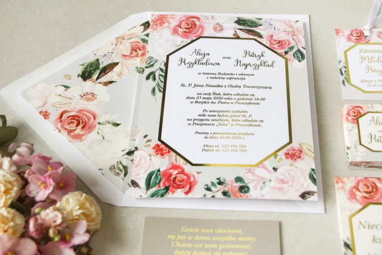 Wiosenne zaproszenia ślubne z pudrowymi, różowymi kwiatami róży i lilii z dodatkiem zielonych gałązek