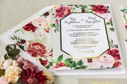 Geometryczne zaproszenia ślubne z piwoniami w różnych odcieniach różu i burgundu