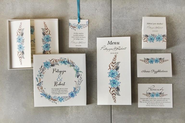 Zestaw próbny zaproszeń ślubnych w pudełku z grafiką w stylu boho i piórkami