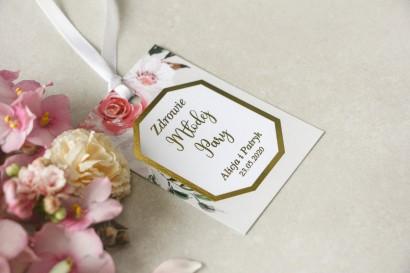 Złocone zawieszki na butelki weselne z pudrowymi, różowymi kwiatami róży i lilii z dodatkiem zielonych gałązek