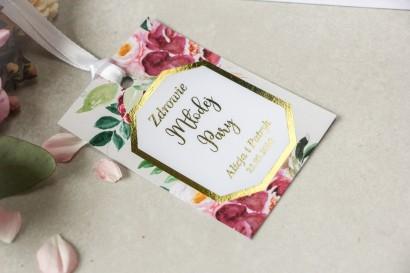 Złocone zawieszki na butelki weselne z piwoniami w różnych odcieniach różu i burgundu z dodatkiem zielonych gałązek