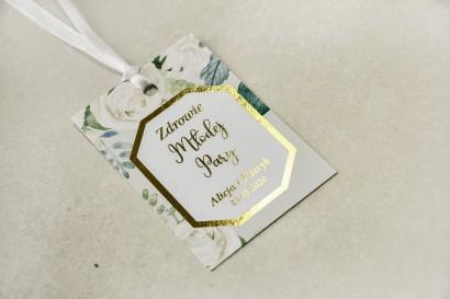 Złocone zawieszki na butelki weselne z białymi różami i piwoniami z dodatkiem zielonych gałązek