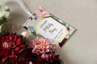 Złocone zawieszki na butelki weselnew stylu glamour z burgundowymi i bordowymi piwoniami z dodatkiem różu