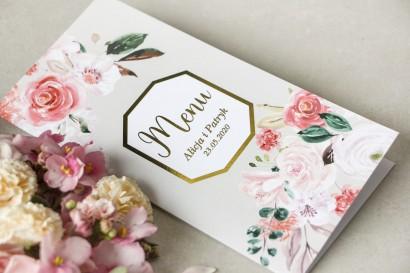 Menu weselne ze złoceniem z pudrowymi, różowymi kwiatami róży i lilii z dodatkiem zielonych gałązek.