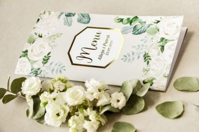 Menu weselne ze złoceniem z białymi różami i piwoniami z dodatkiem zielonych gałązek