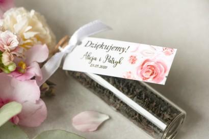 Podziękowania dla Gości w postaci buteleczek z herbatą. Przywieszka z pudrowymi, różowymi kwiatami róży