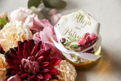Słoiczek z miodem - podziękowanie dla gości weselnych. Kapturek ze złoconymi napisami oraz z piwoniami