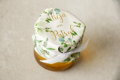 Słoiczek z miodem - słodkie podziękowanie dla gości weselnych. Kapturek ze złoconymi napisami oraz z eukaliptusem