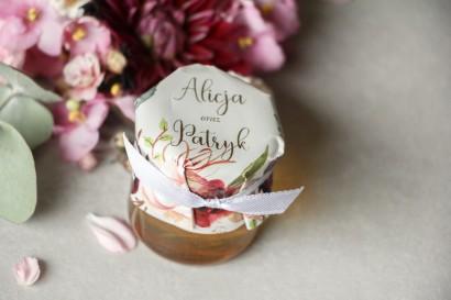 Słoiczek z miodem - podziękowanie dla gości weselnych. Kapturek ze złoconymi napisami z burgundowymi i bordowymi piwoniami