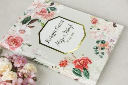 Wiosenna Weselna Księga Gości ze złoceniami z pudrowymi, różowymi kwiatami róży i lilii z dodatkiem zielonych gałązek
