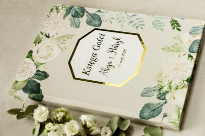 Weselna Księga Gości ze złoceniami z białymi różami i piwoniami z dodatkiem zielonych gałązek
