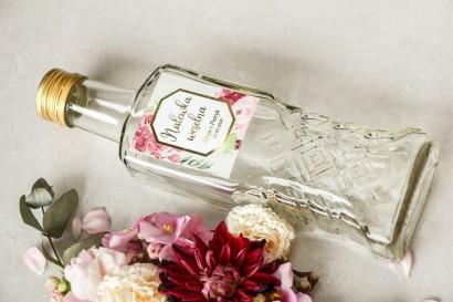 Butelki na nalewki wraz z etykietą w stylu glamour ze złoconą ramką i tekstem z piwoniami