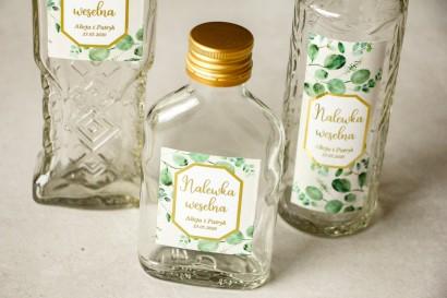 Butelki na nalewki wraz z etykietą w stylu glamour ze złoconą ramką i tekstem z eukaliptusem