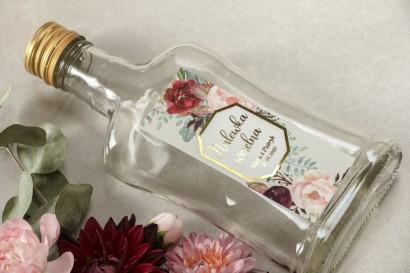Butelki na nalewki wraz z etykietą w stylu glamour ze złoceniami z burgundowymi i bordowymi piwoniami