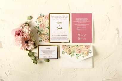 Złote zaproszenia ślubne z różowymi piwoniami w towarzystwie białych róż i zieleni