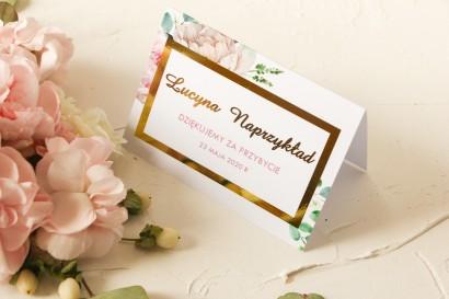 Winietki Ślubne z różowymi piwoniami w towarzystwie białych róż i zieleni ze złoconymi napisami oraz złoconą ramką